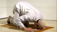 Is it obligatory to keep the eyes on sujud during prayer?